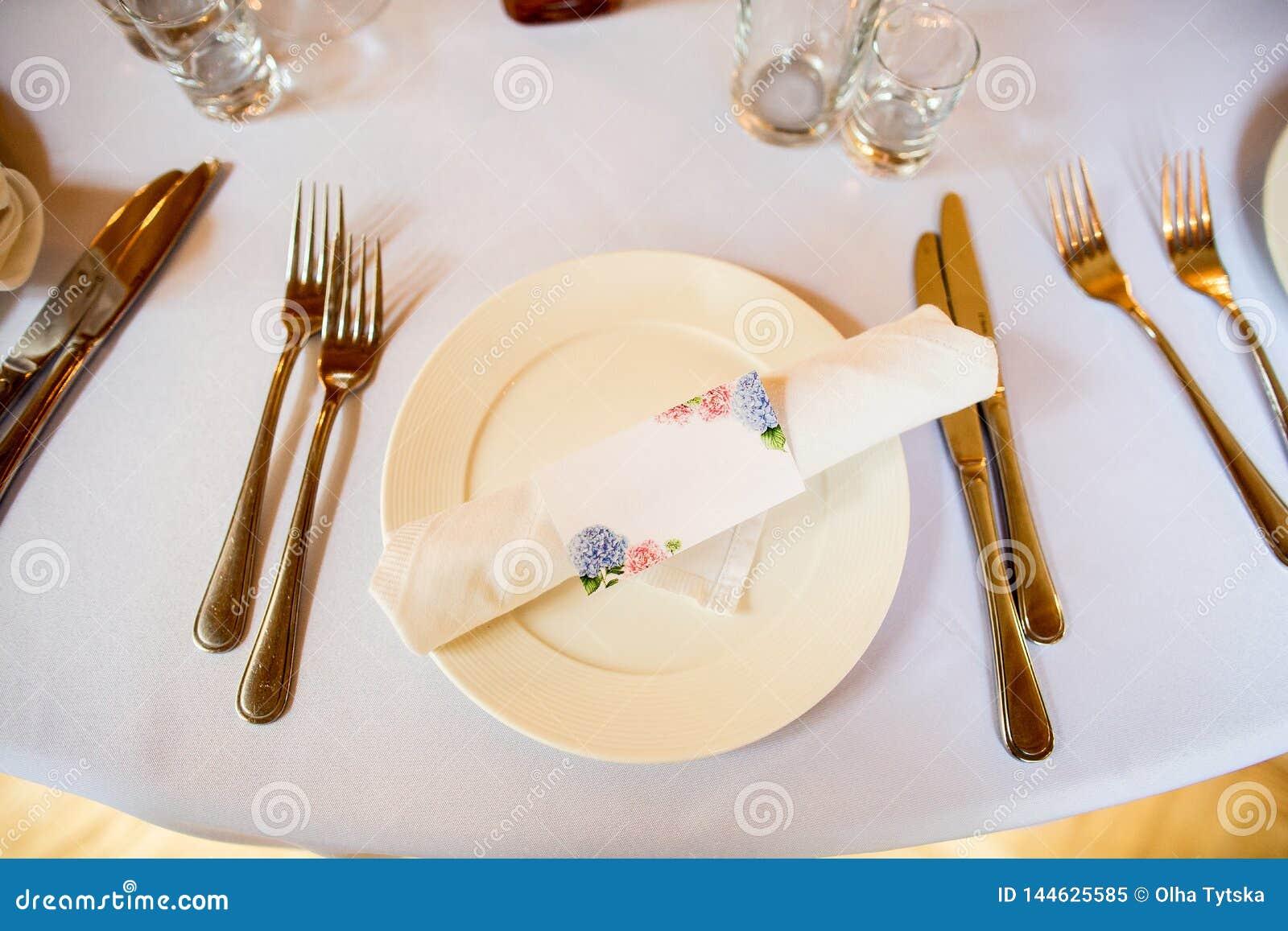 Красивая сервировка стола на белой предпосылке