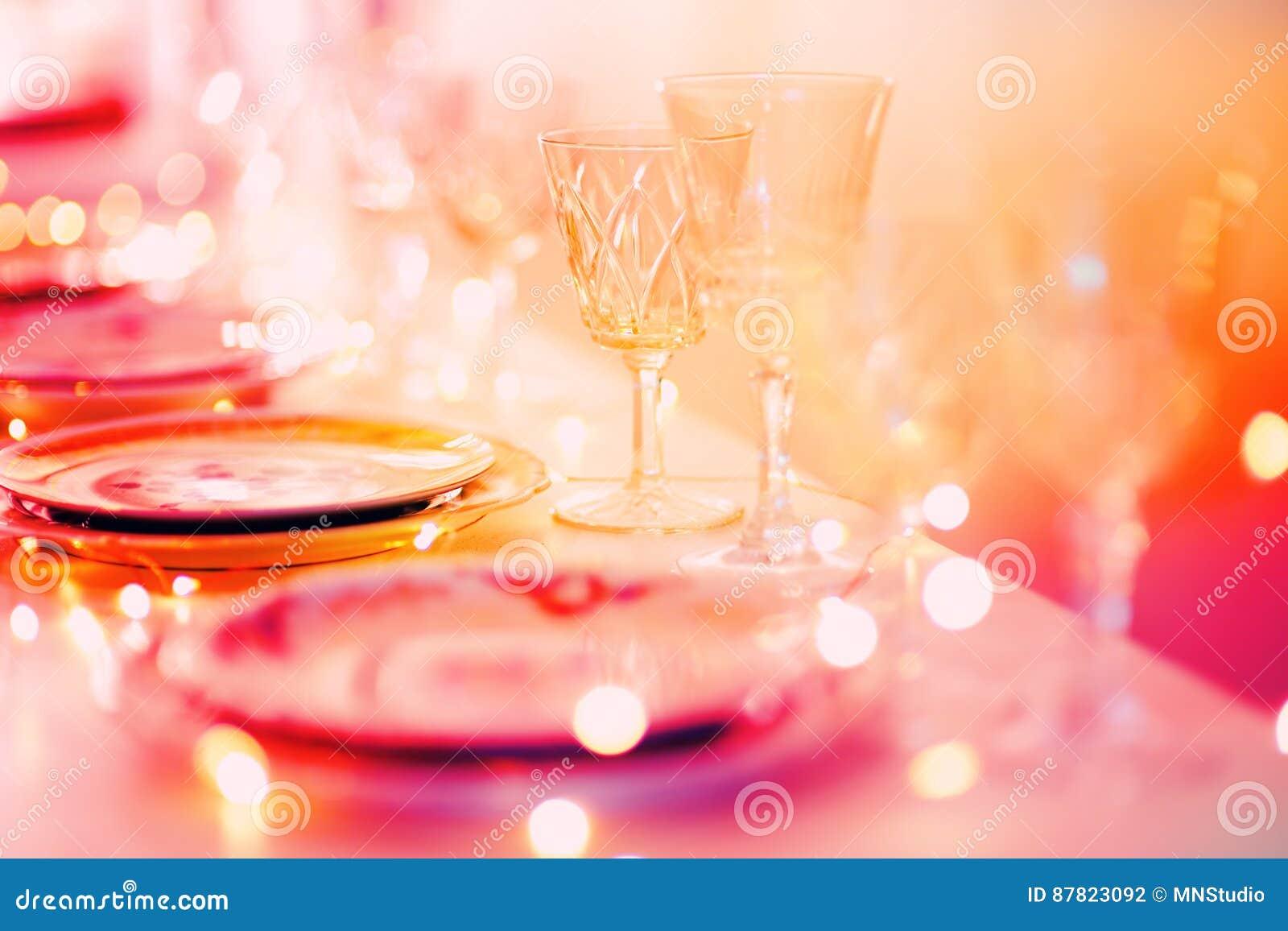 Красивая сервировка стола с посудой для партии, приема по случаю бракосочетания или другого праздничного события