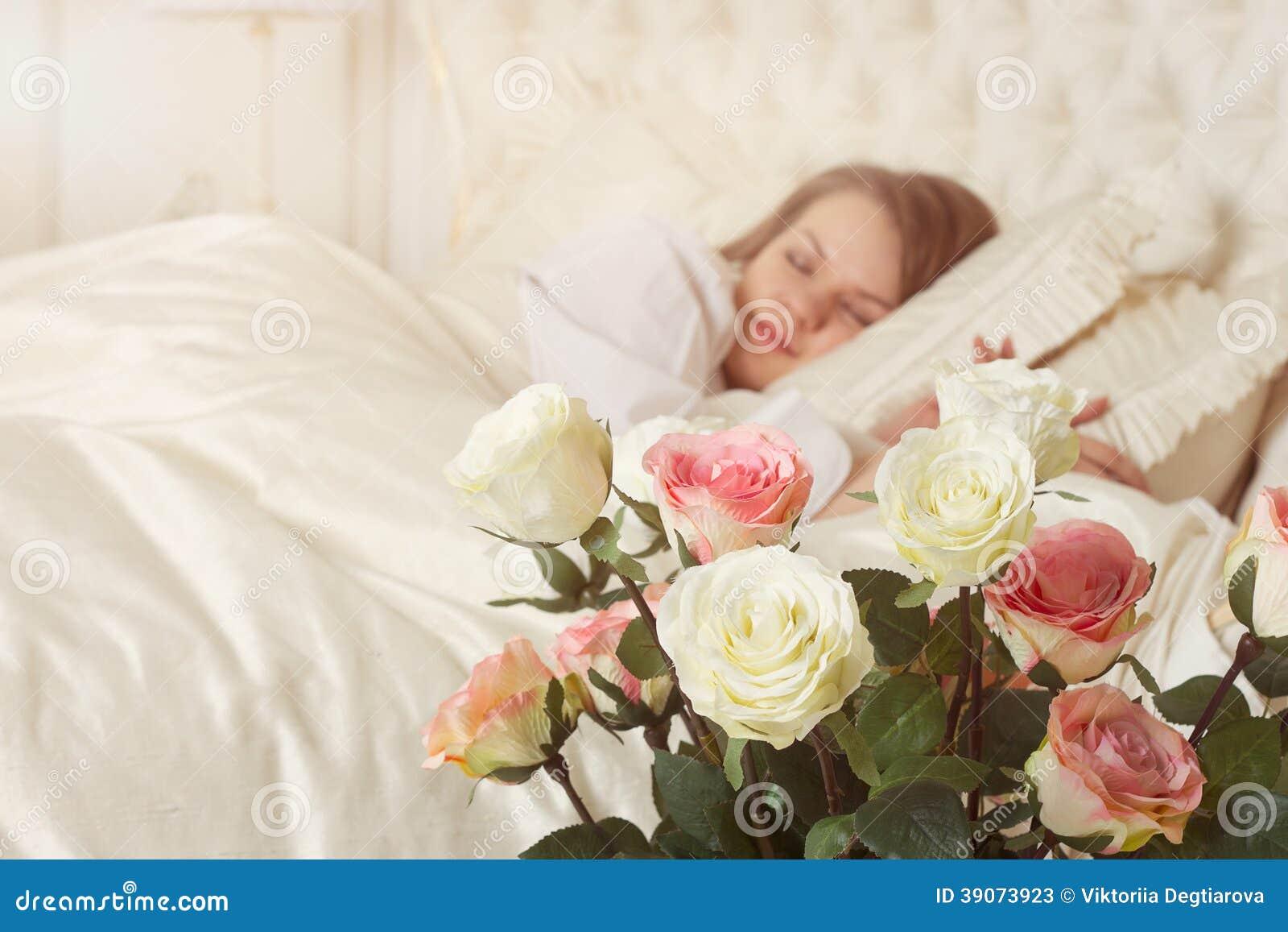 Красивые розы на кровати фото 516-759