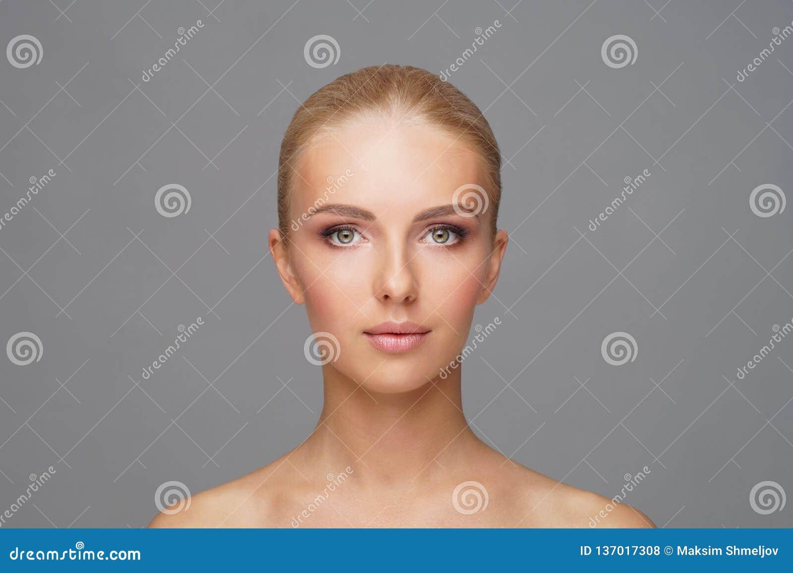 Красивая сторона молодой и здоровой девушки Забота кожи, косметики и концепция подниматься стороны