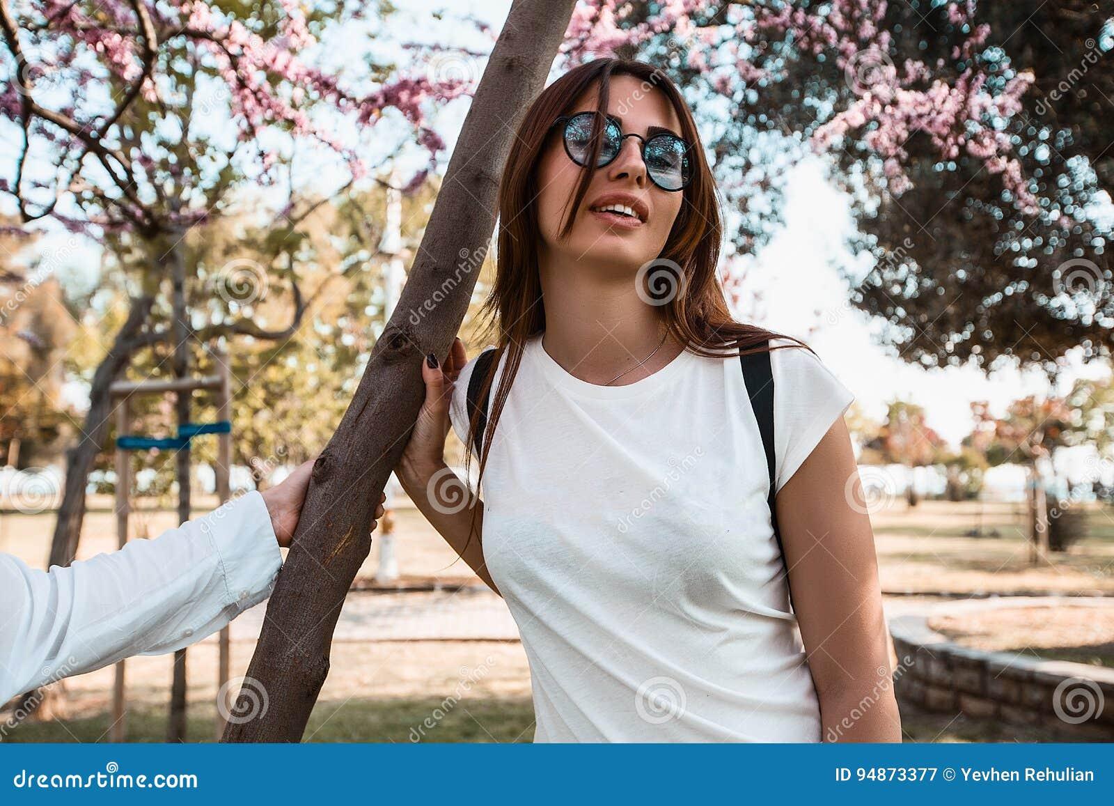 таких пикап девушки в весеннем парке смотреть онлайн силой ходит