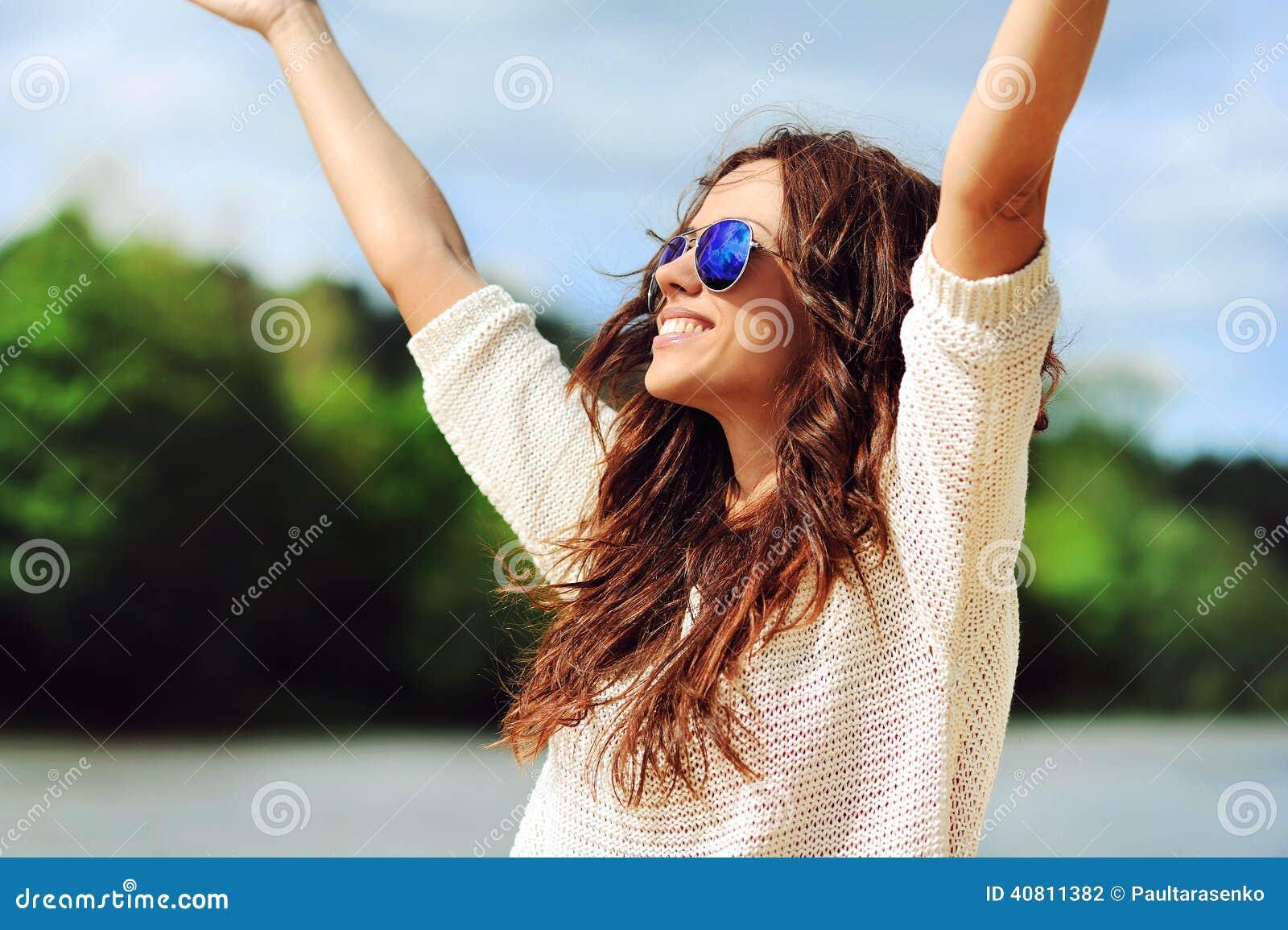 Красивая счастливая женщина наслаждаясь свободой outdoors