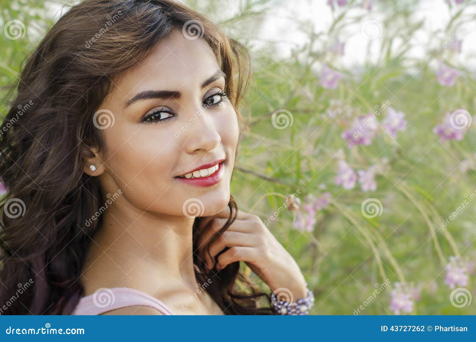 Красивая счастливая усмехаясь женщина с красивыми длинными волосами