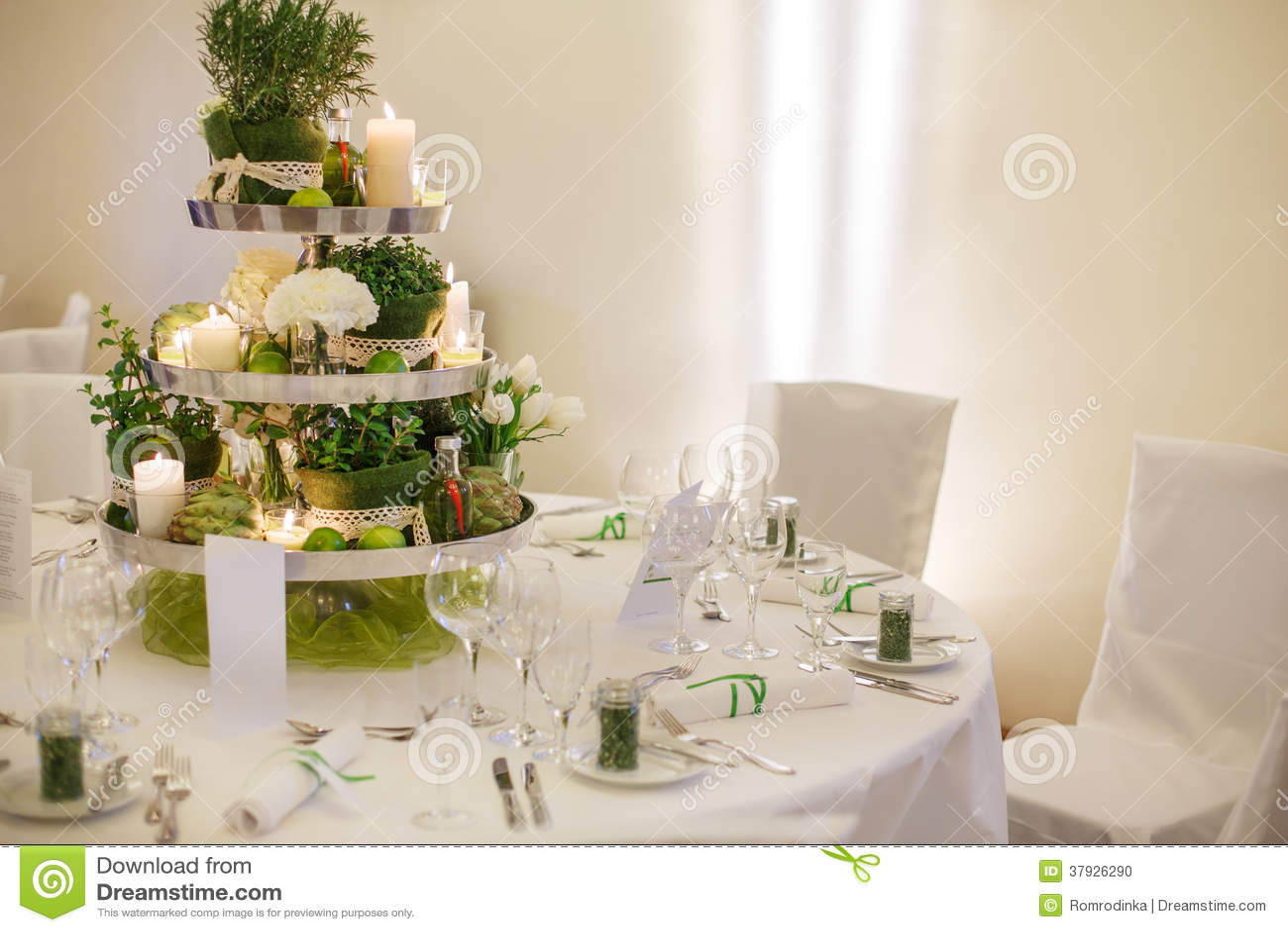 Красивая таблица установила для зеленой партии свадьбы или события, внутри помещения,