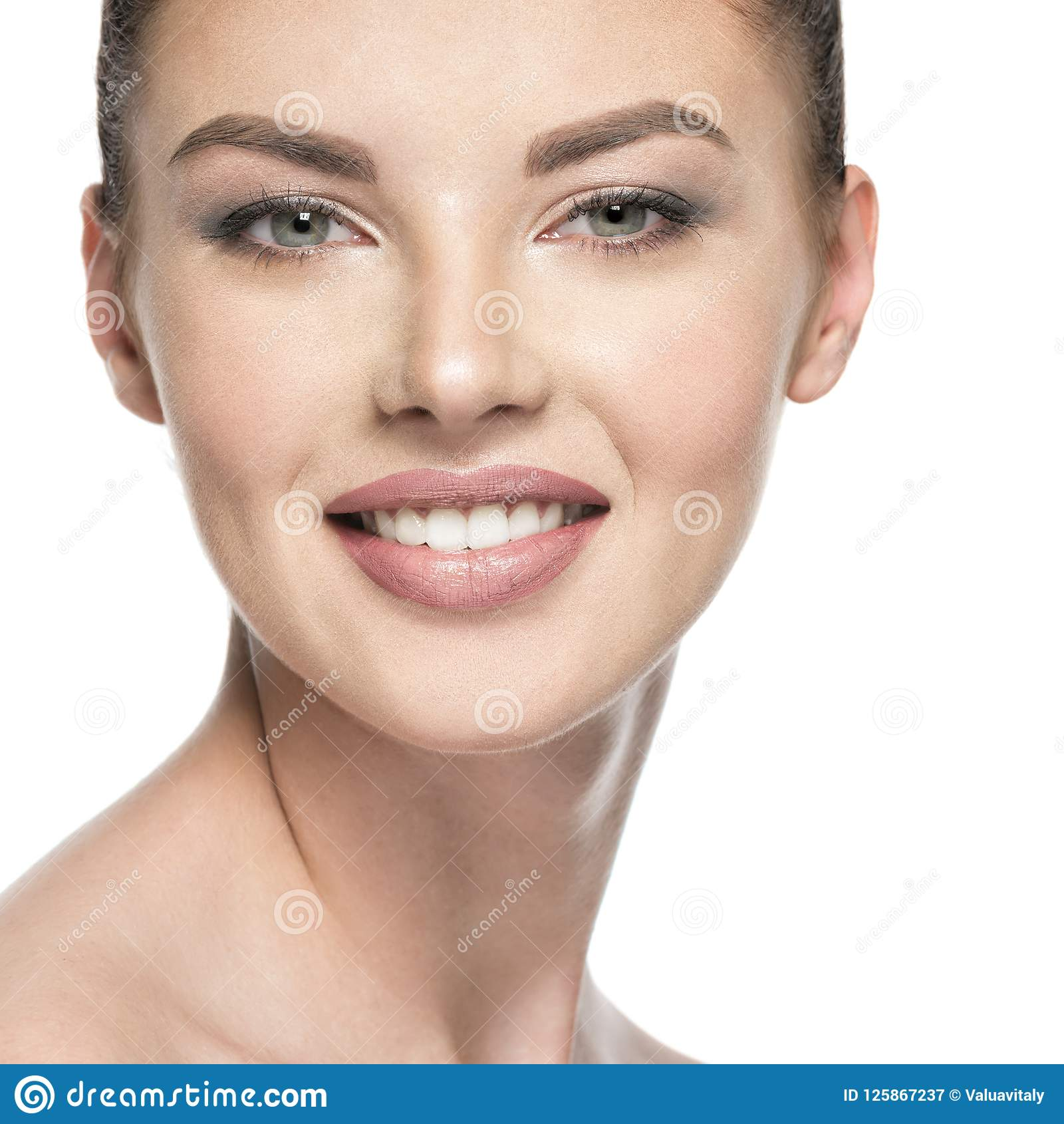 Красивая усмехаясь женщина заботит для стороны кожи - изолированной на wh