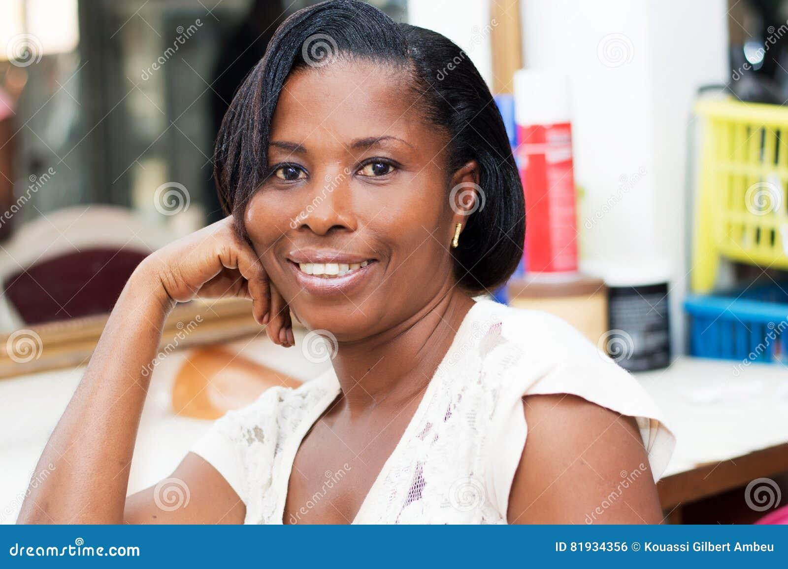 Красивая усмехаясь женщина на парикмахерской