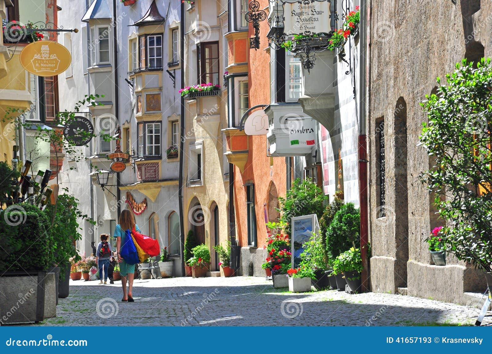 Красивая улица в городке Тироля