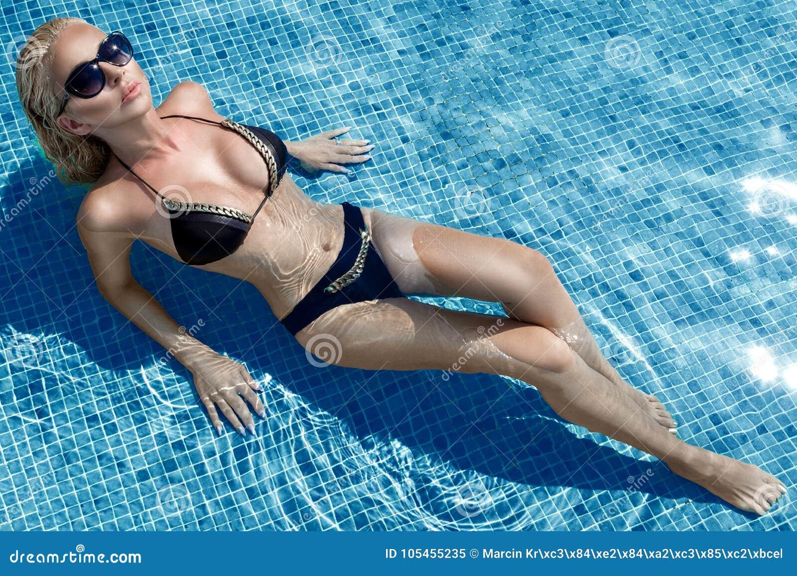 Красивая феноменальная сногсшибательная элегантная роскошная сексуальная белокурая модельная женщина с совершенный носить стороны