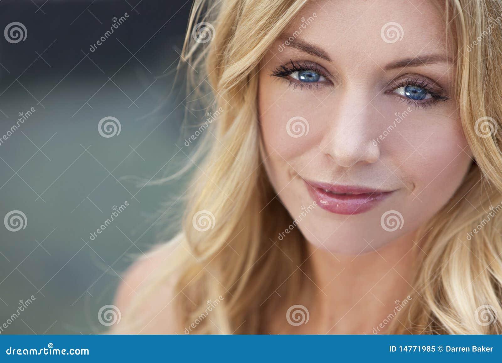 красивейшая белокурая голубых глазов женщина естественно