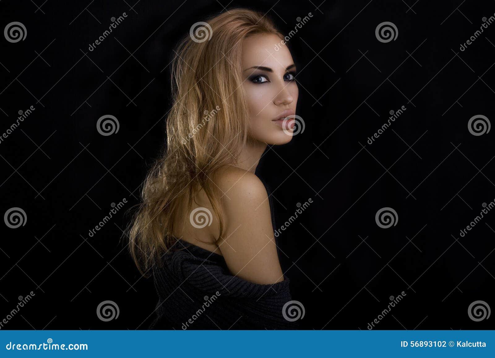 красивейшая белокурая сексуальная женщина Темная предпосылка eyes smokey состава