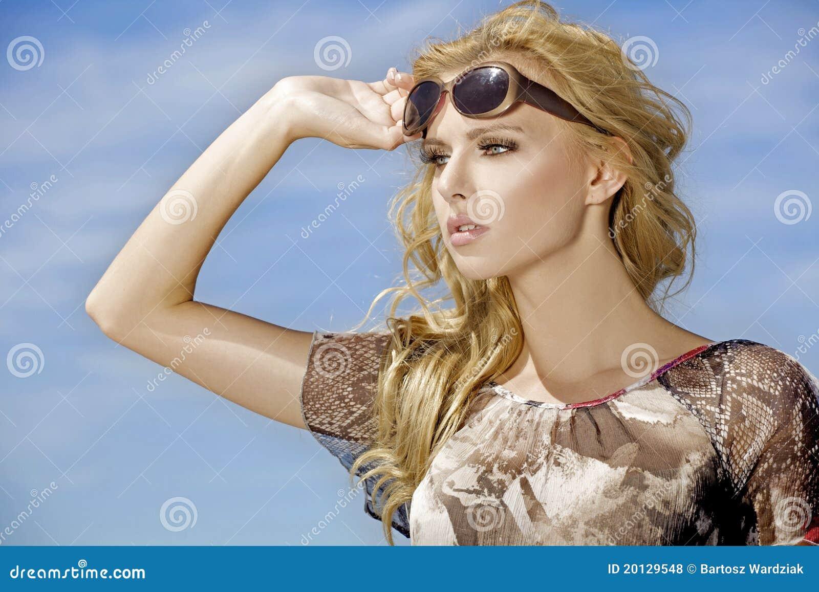 Красивейшая девушка в солнечных очках