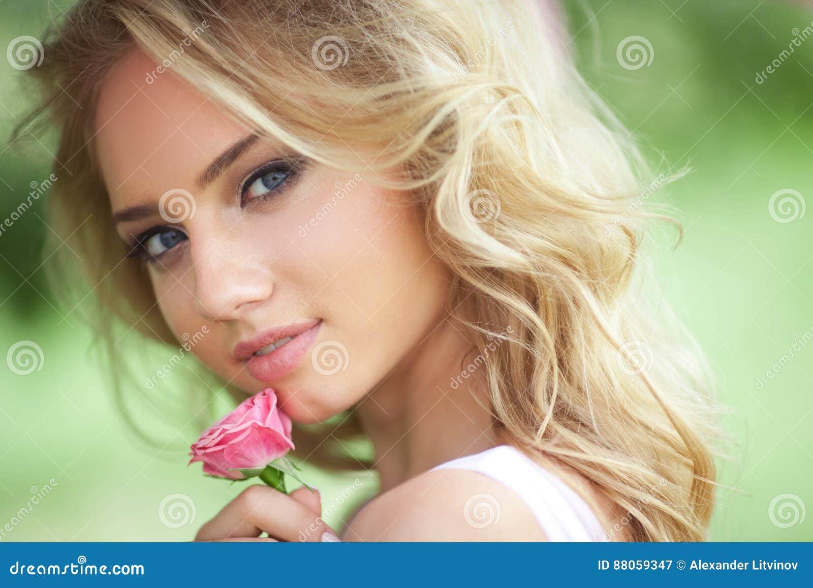 красивейшая девушка романтичная Стоковое Изображение - изображение  насчитывающей : 88059347