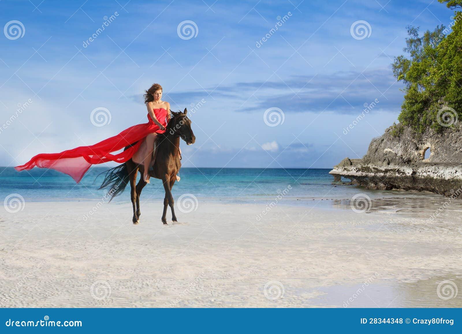 Красивейшая женщина лошадь на тропическом пляже