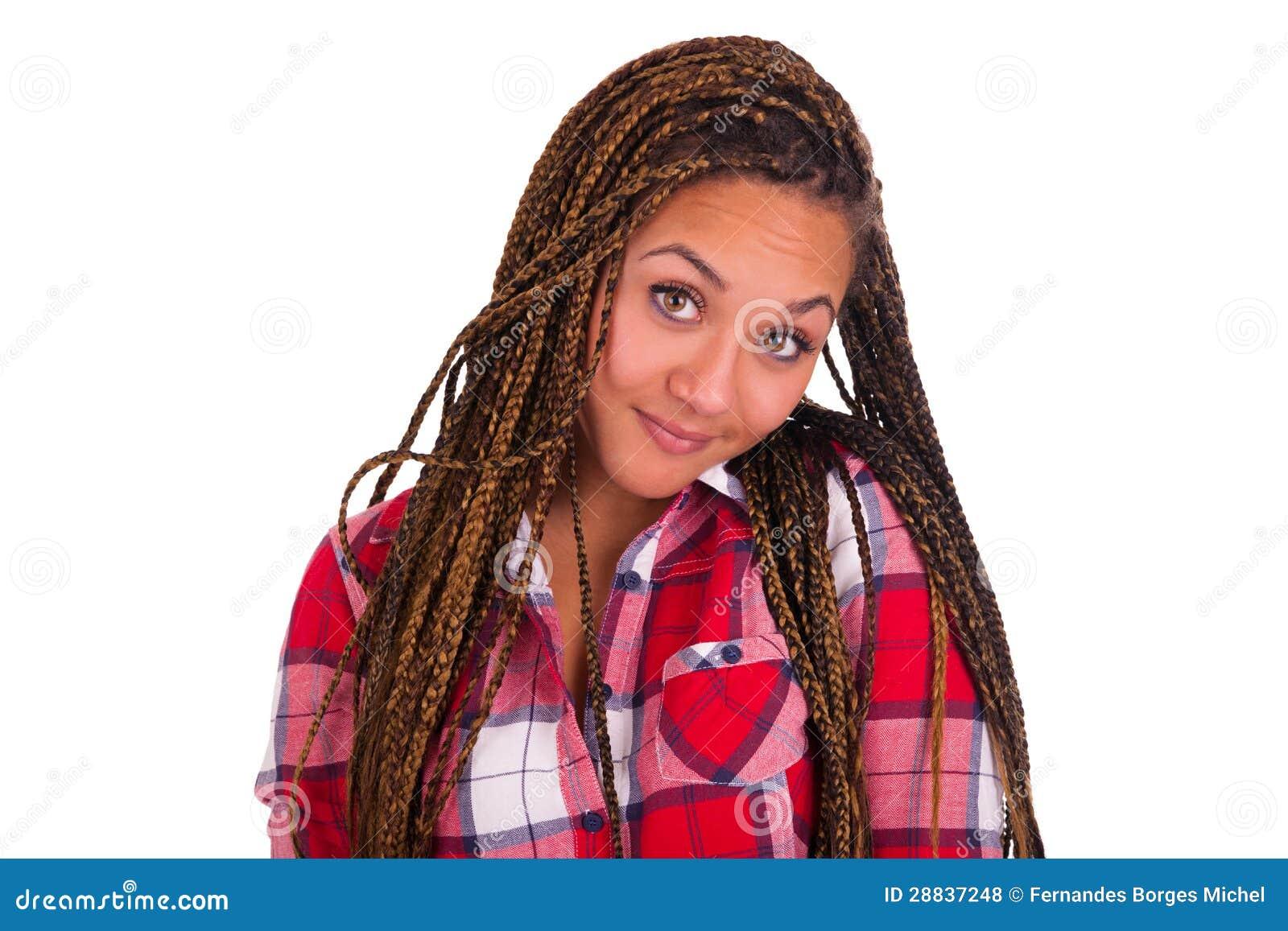 Красивейшая молодая женщина афроамериканца с длинними черными волосами
