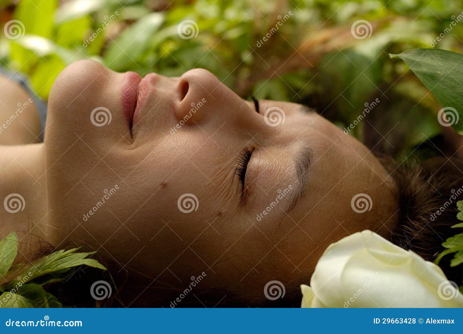 Красивейшая молодая Relaxed сторона женщины