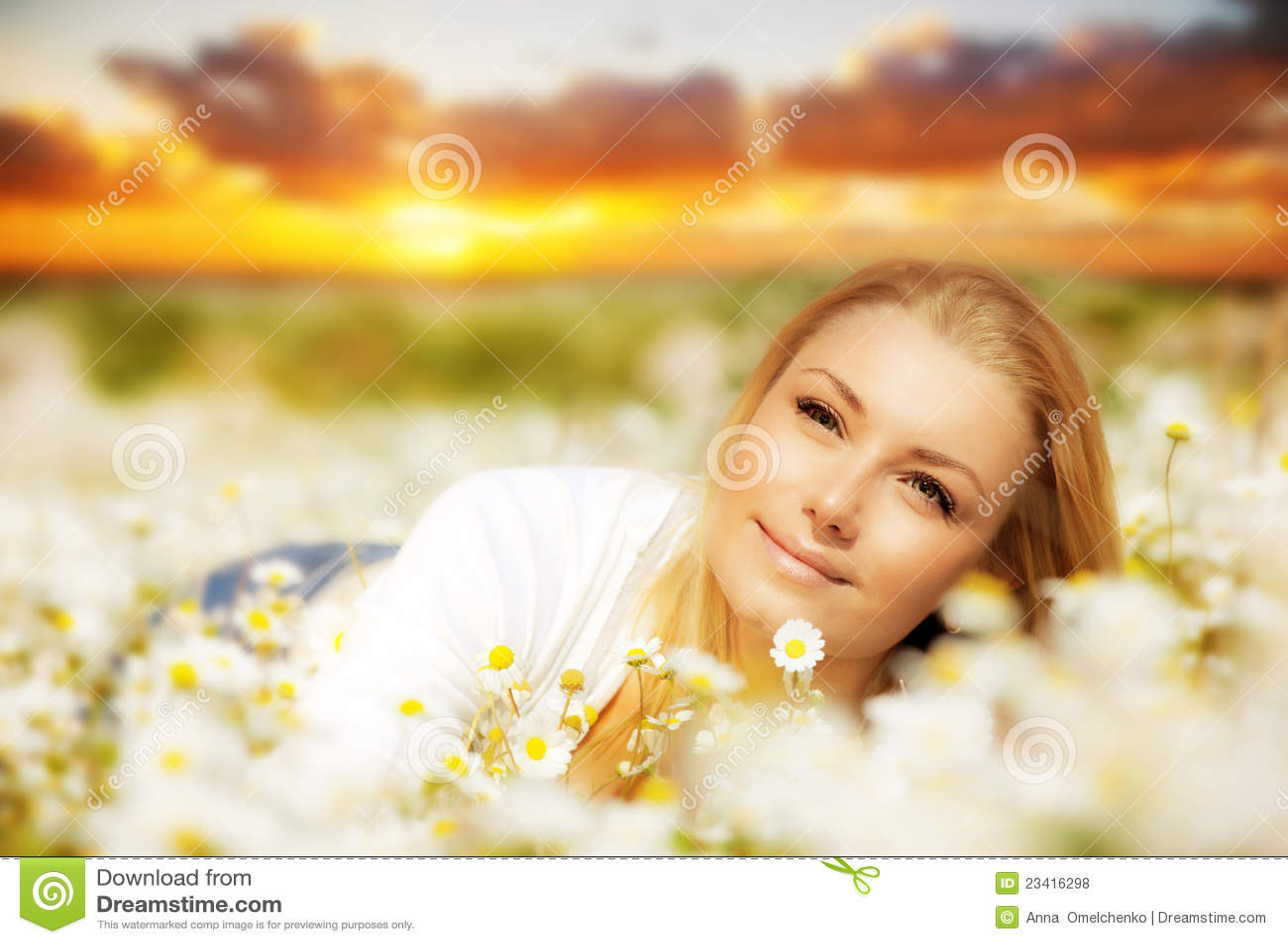 красивейшая наслаждаясь женщина захода солнца цветка поля