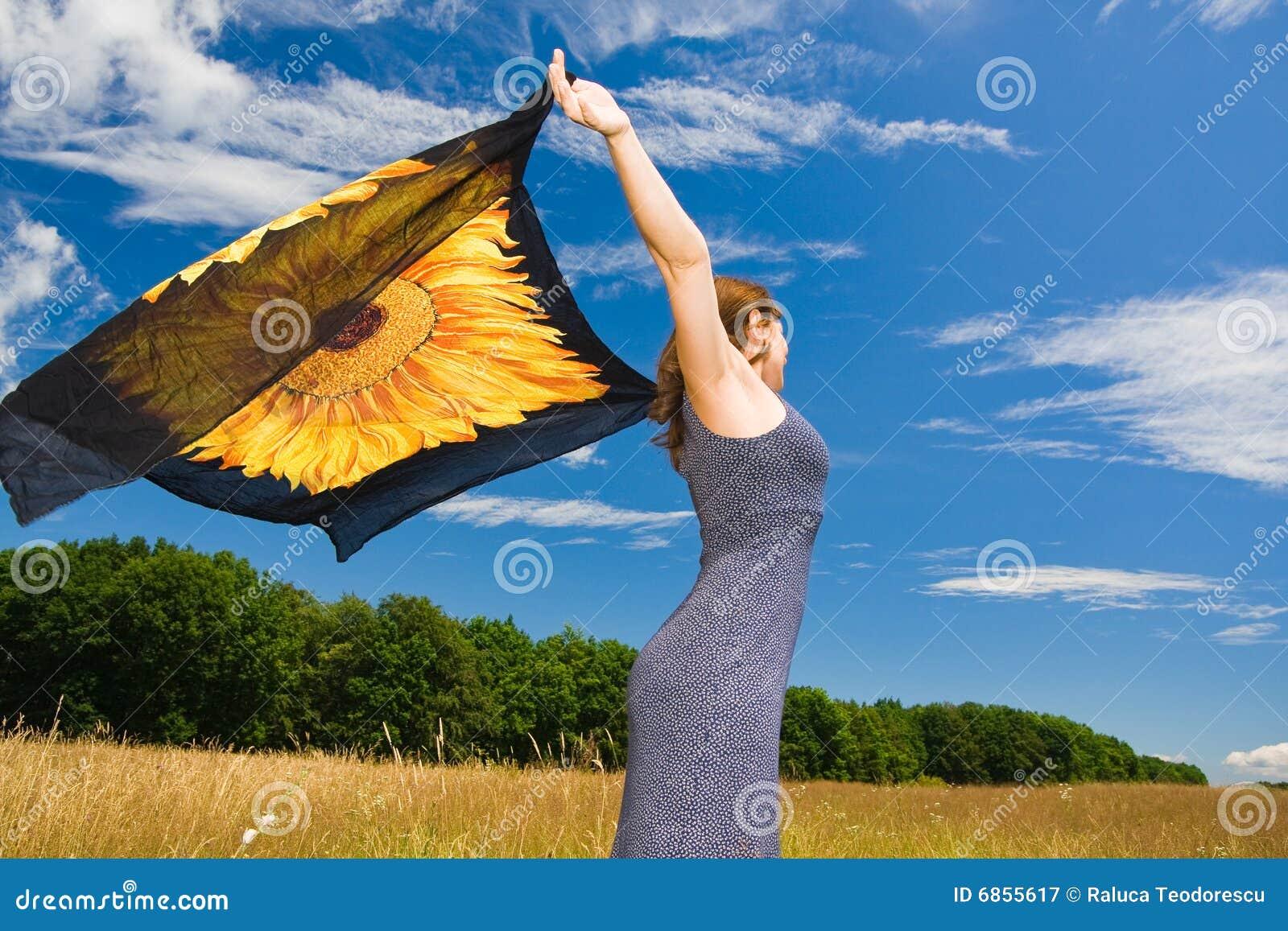 красивейшая померанцовая женщина шарфа