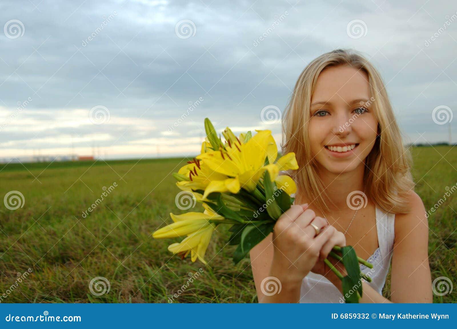 красивейшее удерживание девушки цветков