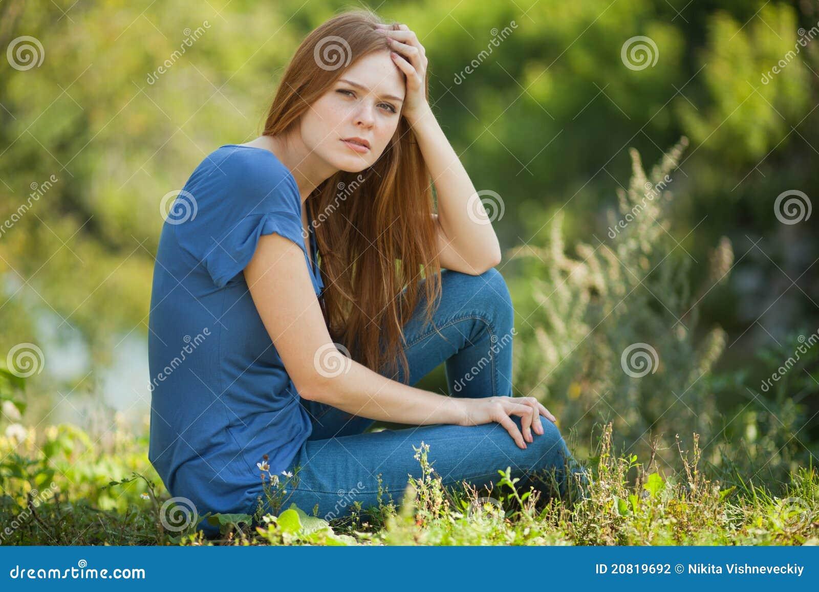 красивейшее усаживание травы девушки