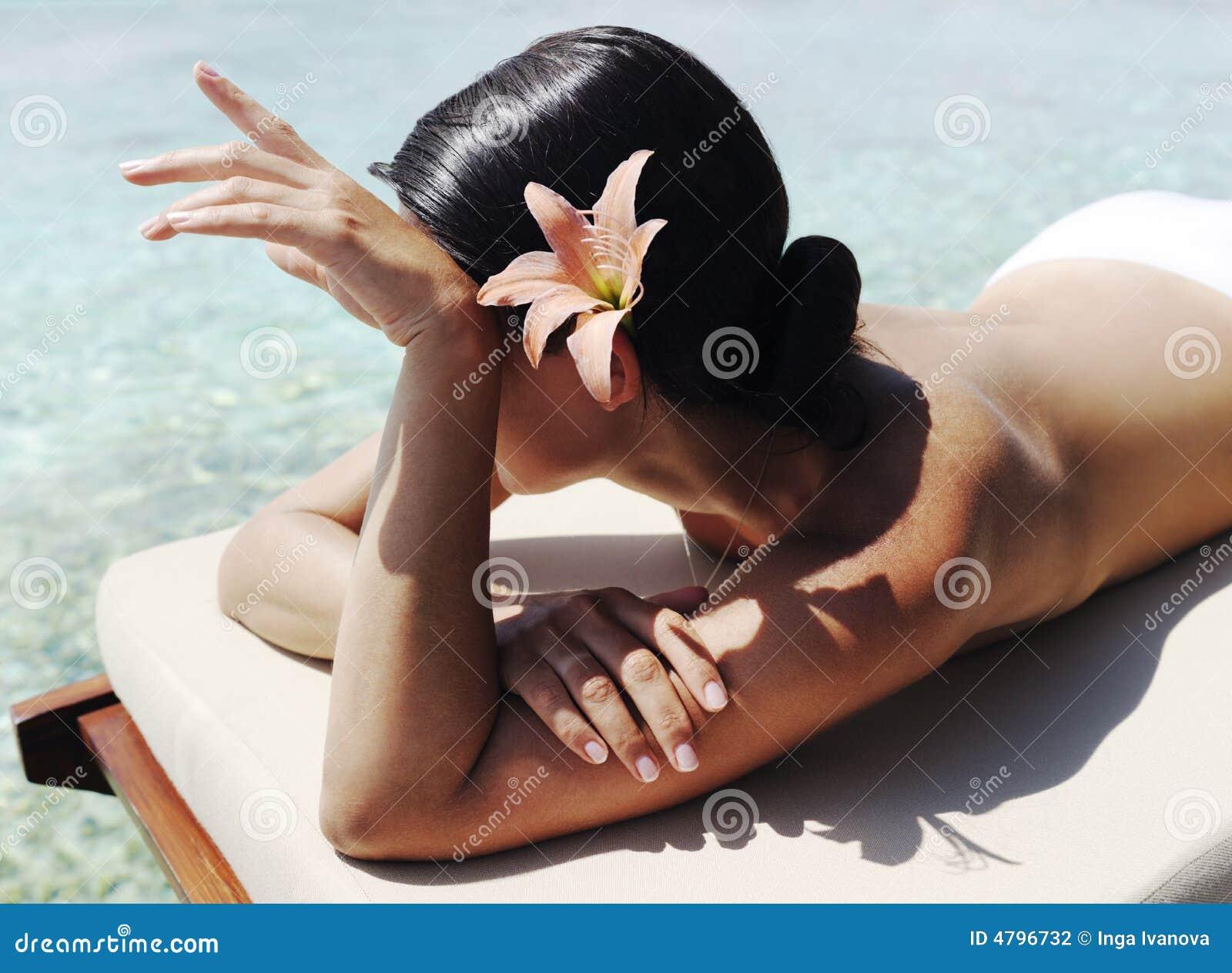 красивейшее sunbath принимая женщину