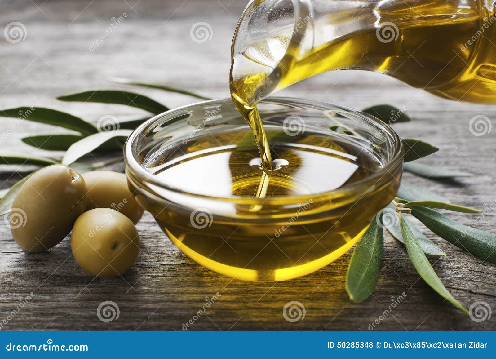 красивейшей одетьнные бутылкой специи оливки масла