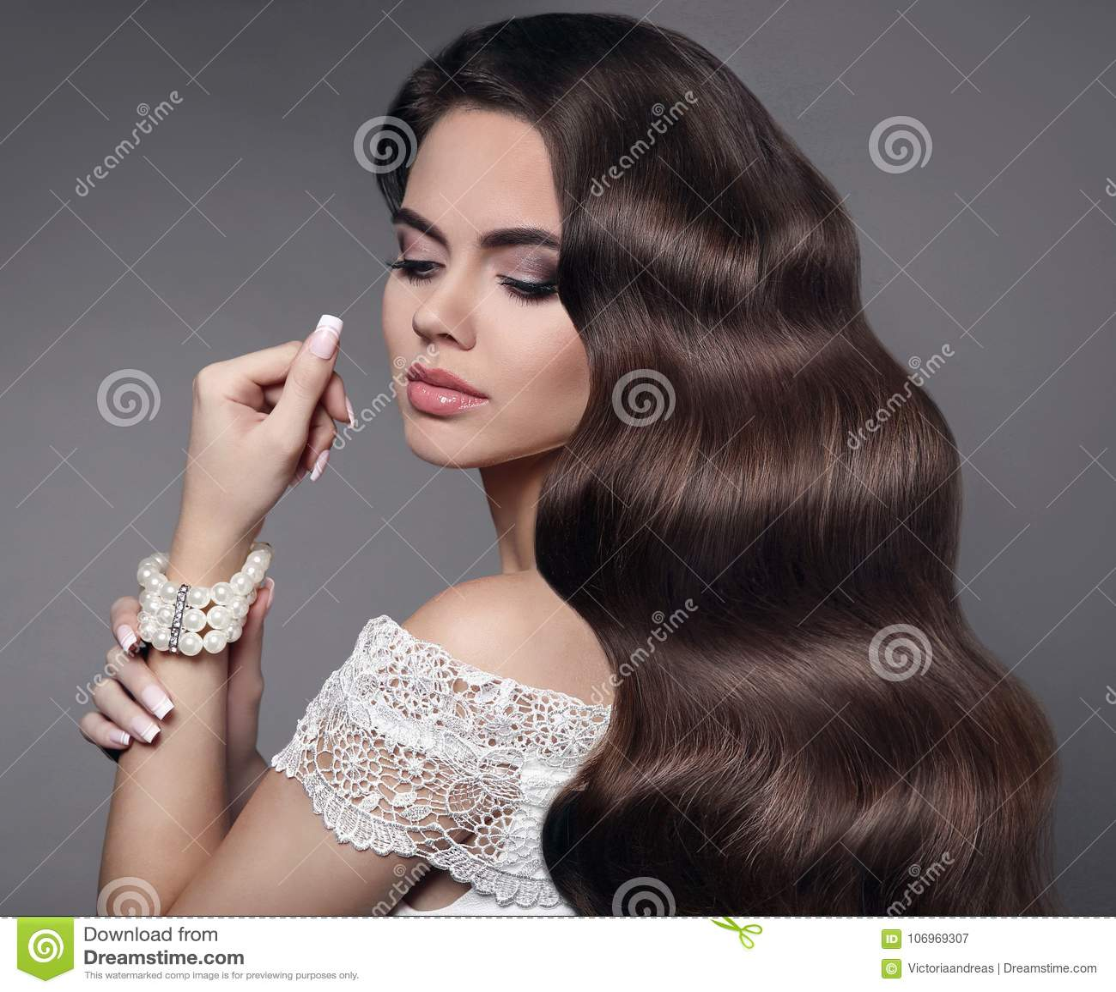 красивейшие волосы белизна портрета брюнет предпосылки изолированная девушкой Состав красотки Длиной излечите