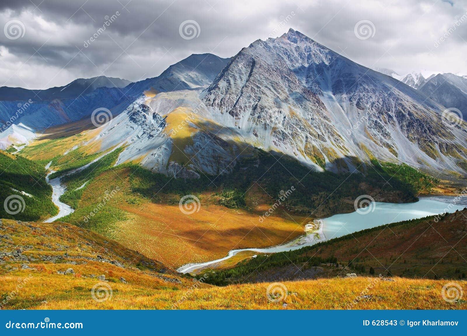 Download красивейшие горы стоковое изображение. изображение насчитывающей спрус - 628543