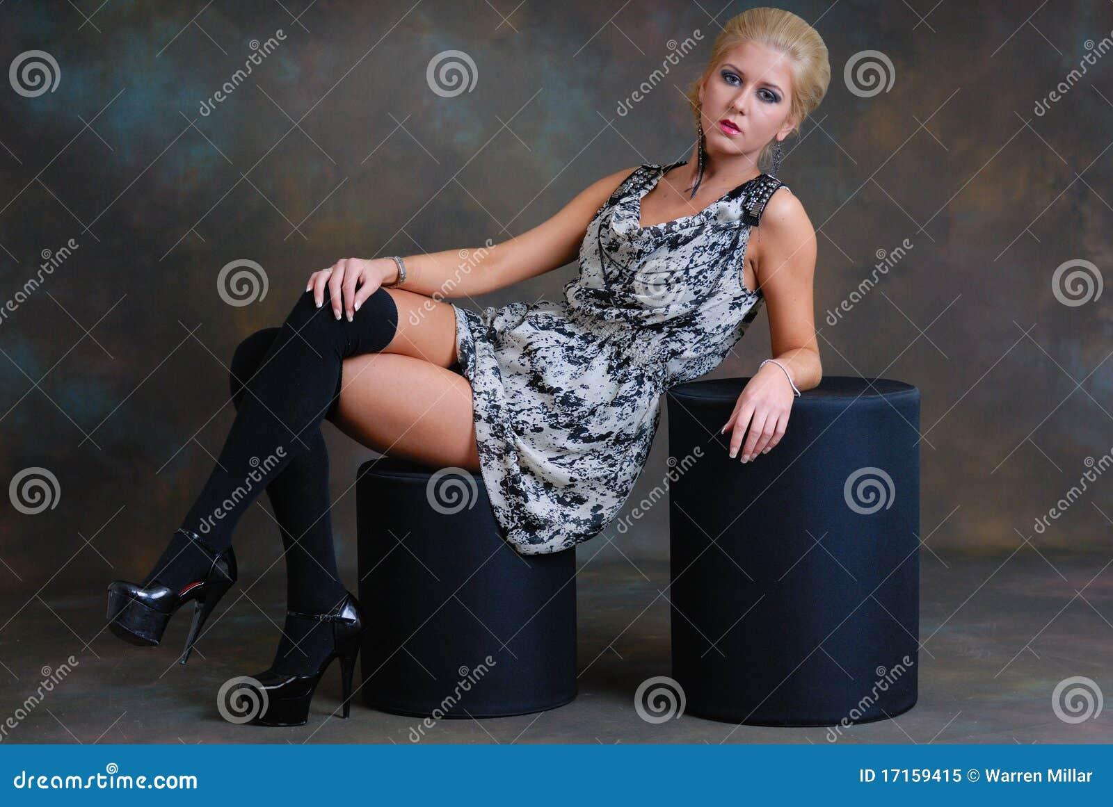 красивейшие детеныши женщины чулков платья