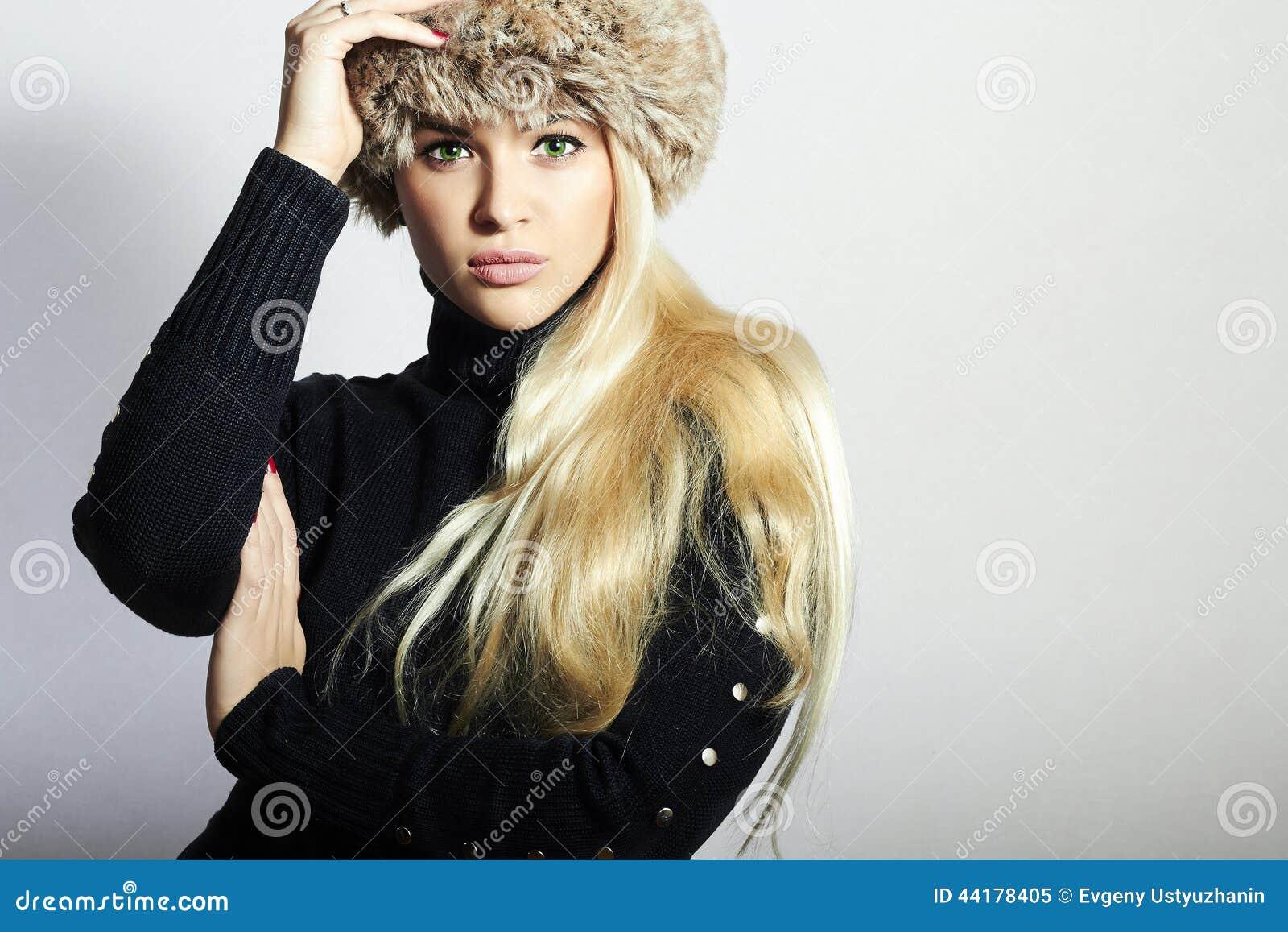 красивейшие детеныши женщины шлема шерсти белокурая девушка довольно Красота моды зимы