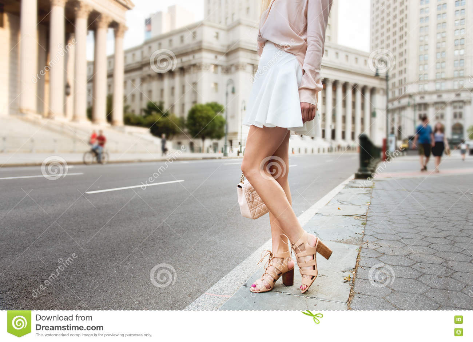 Фотки ног девушек в белой юбке снятый в машине — photo 9