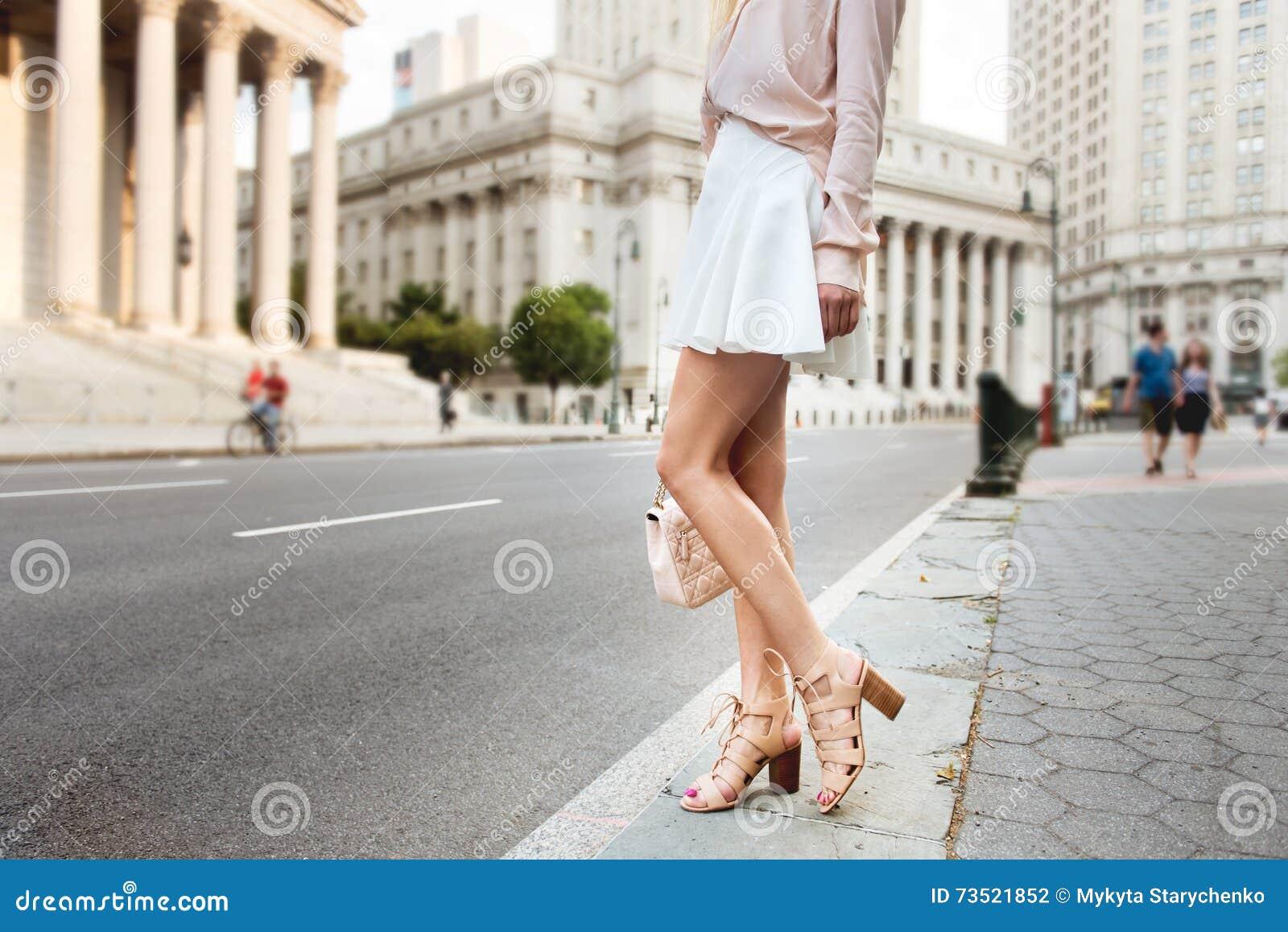 Женские ноги на улице видео фото 507-951