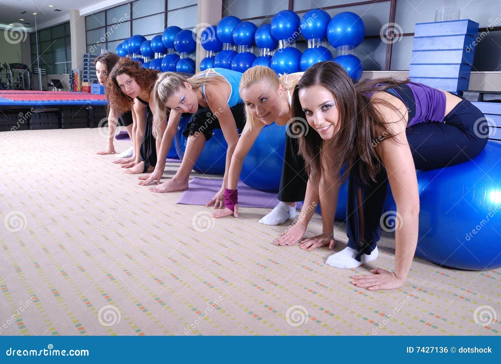 Красивейшие маленькие девочки разрабатывая в гимнастике