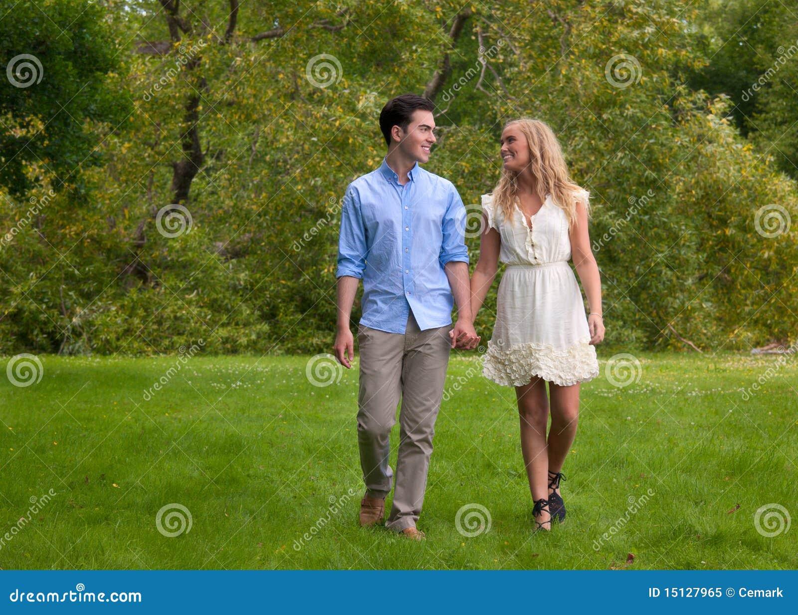 красивейшие пары паркуют гуляя детенышей