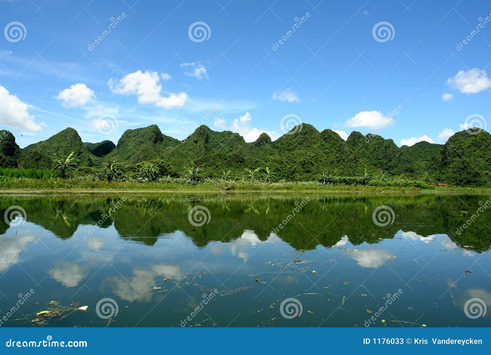 красивейший отражать горы ландшафта