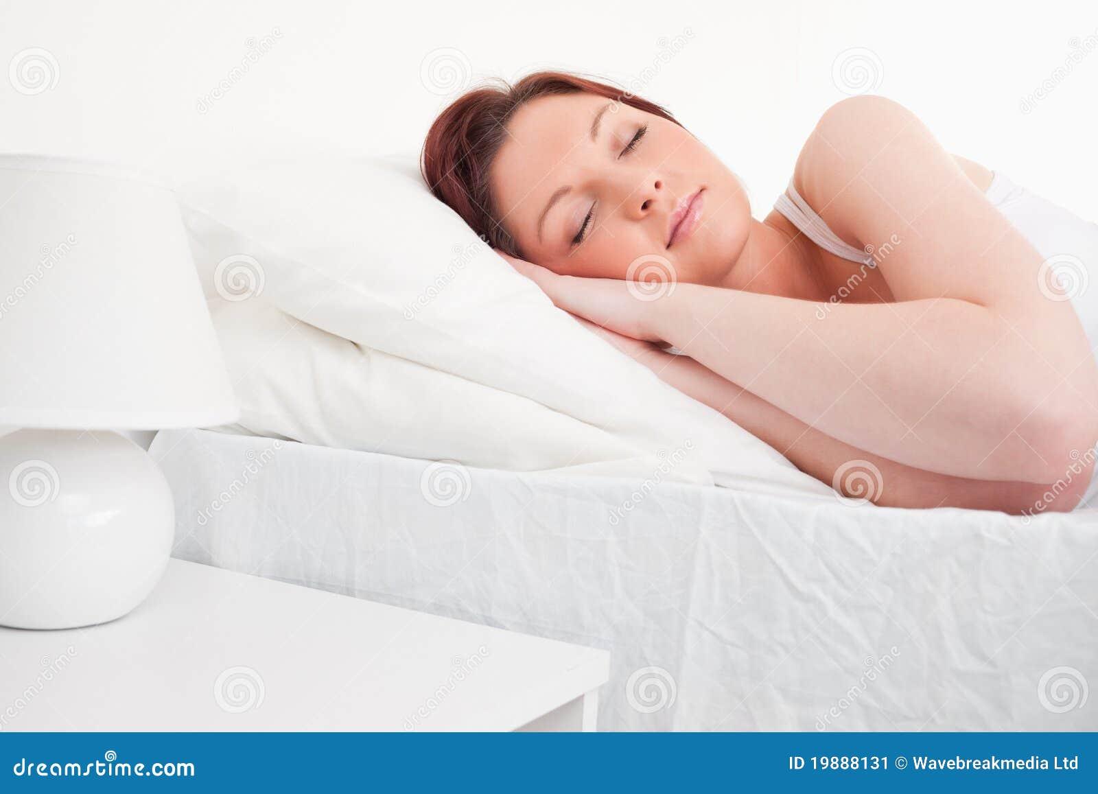 Красивейший red-haired женский спать