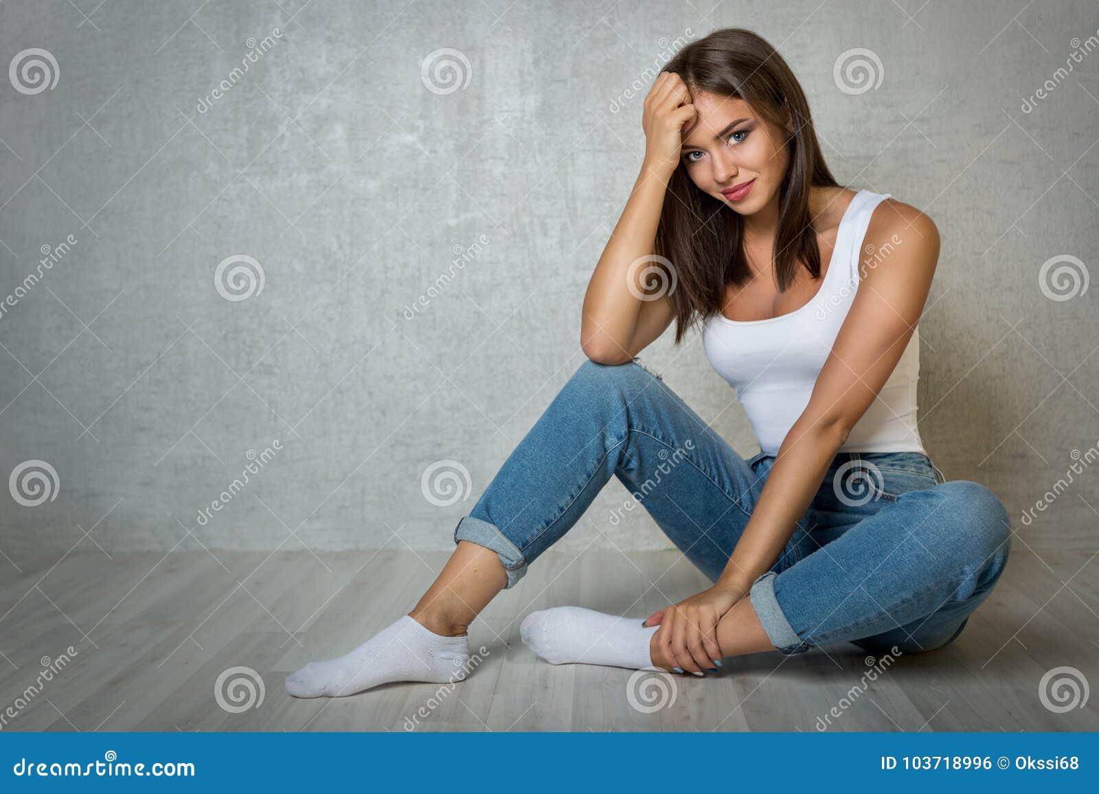 женщина сидит на полу и писает в джинсы видео - 8