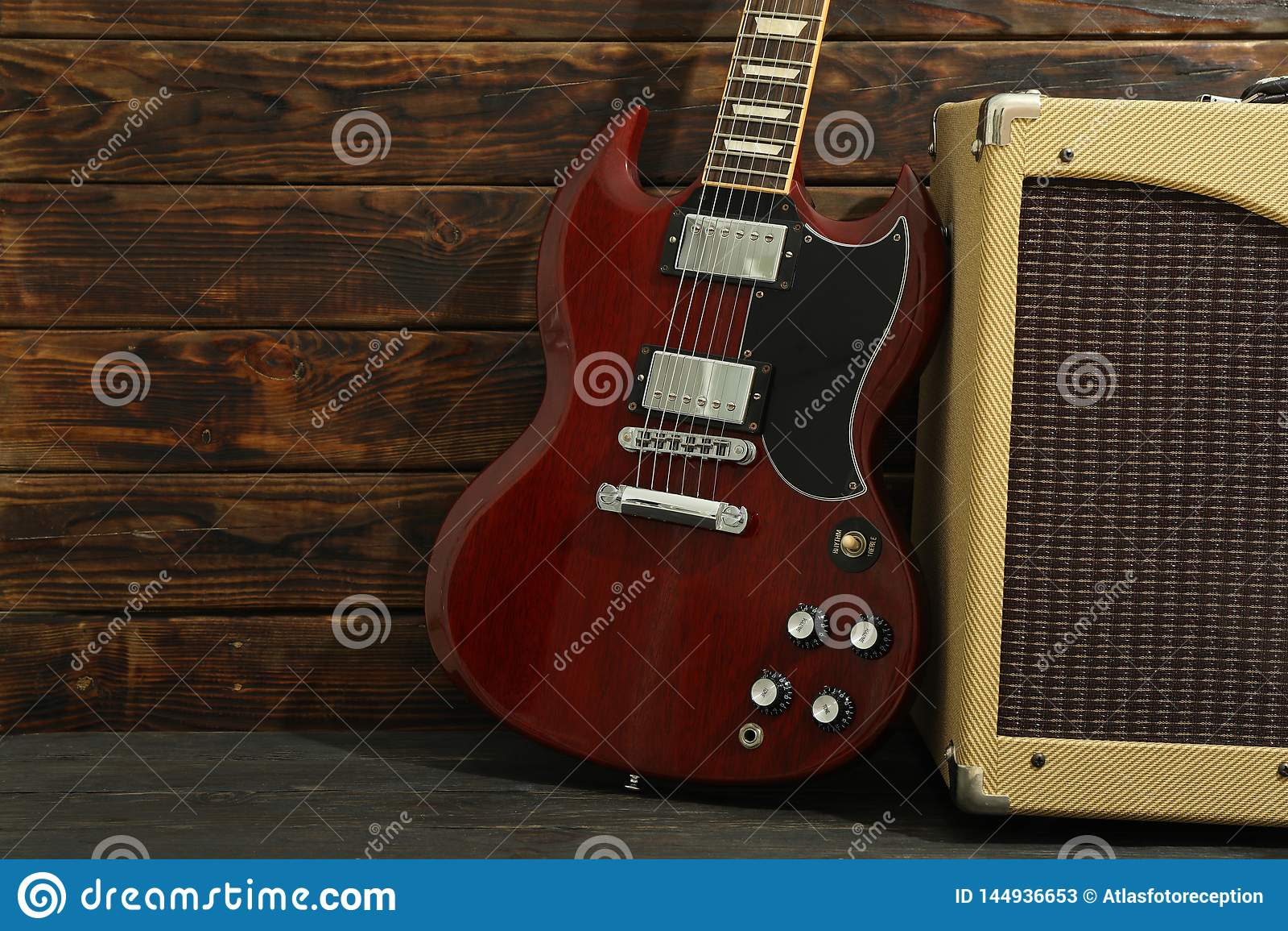 Красивое 6 - гитара строки электрическая с усилителем против деревянно