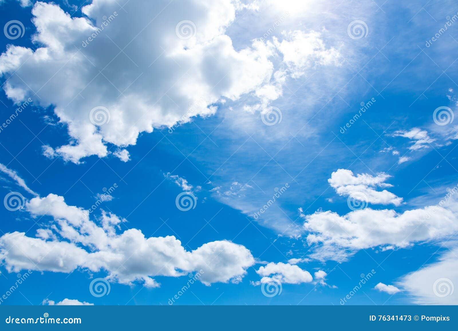 Красивое голубое небо с с облаком