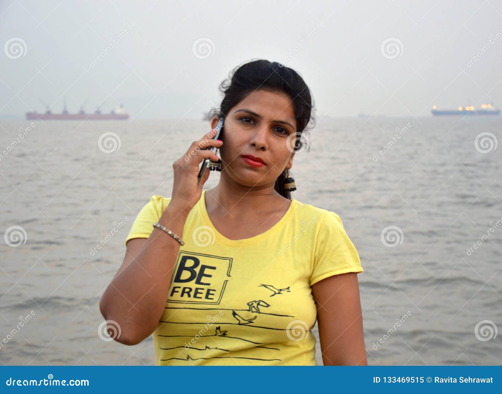 Красивое индийское положение портрета женщин в шлюпке
