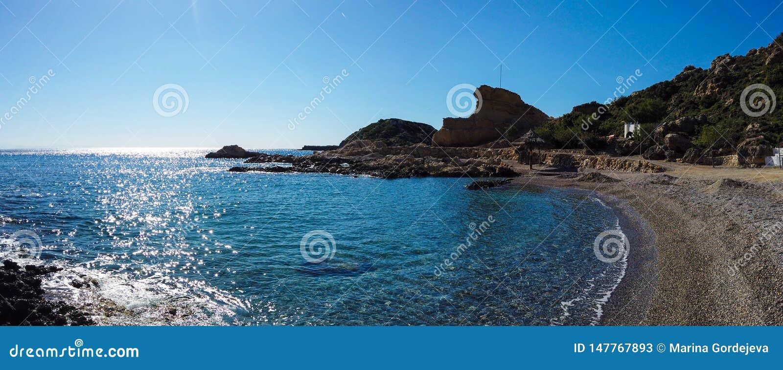 Красивое каменистое побережье Средиземного моря в Греции в солнечном дне Широкоформатный