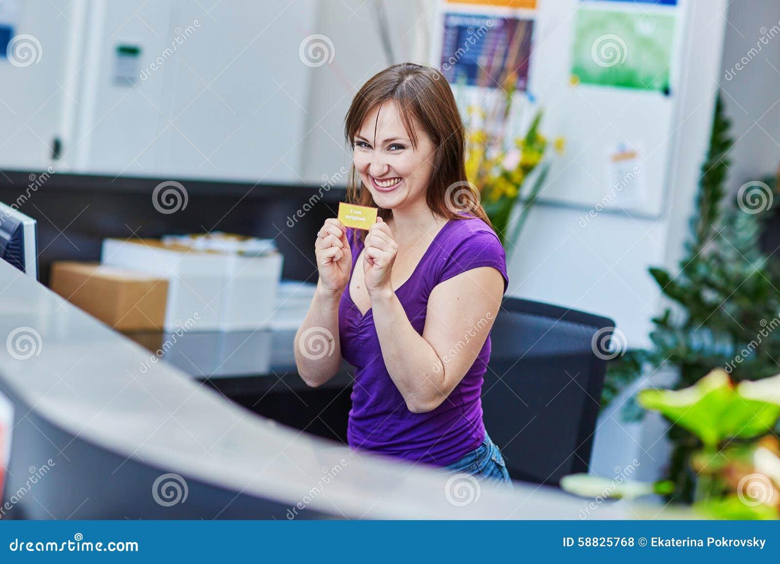Красивое молодое работник службы рисепшн на работе