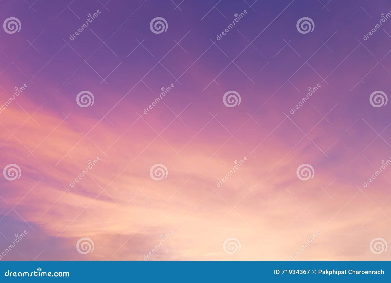 Красивое небо захода солнца и пасмурная предпосылка