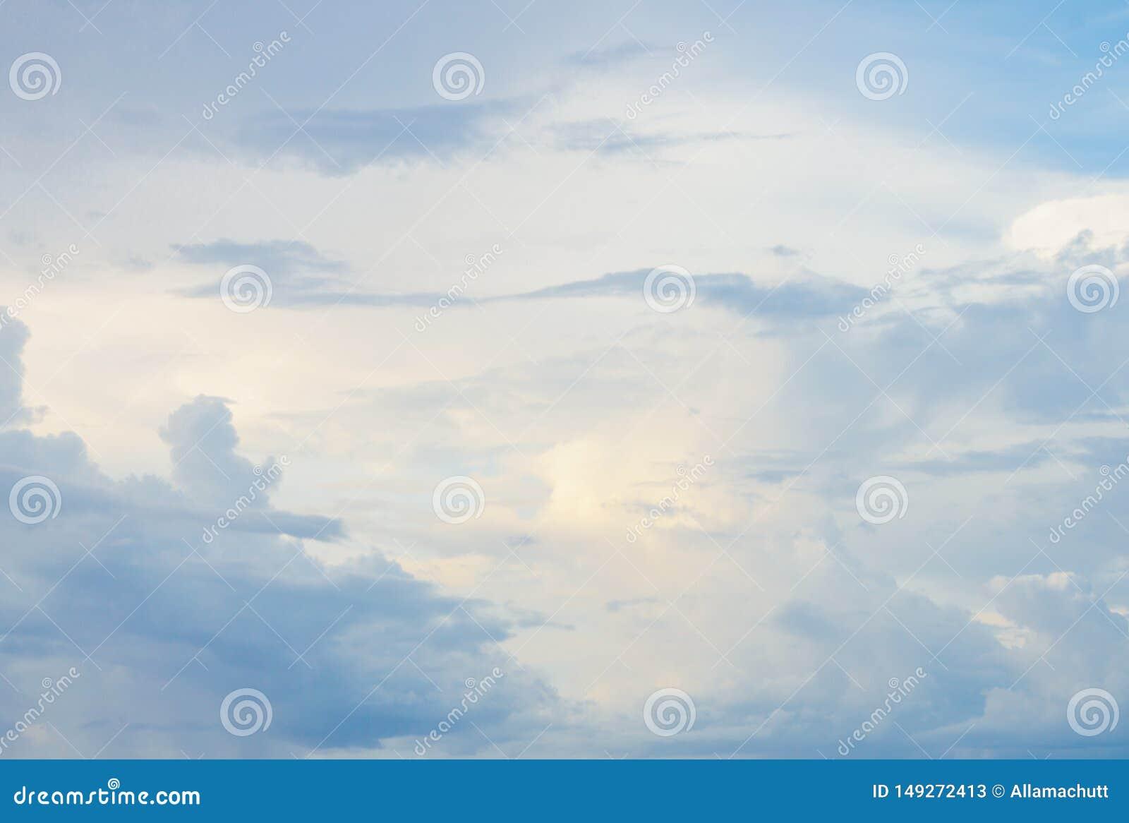 Красивое облачное небо в Сейшельских островах