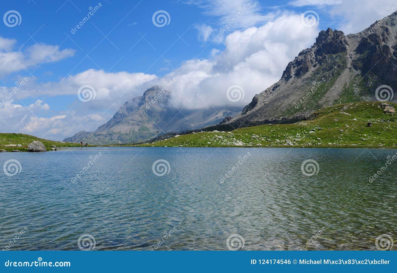 Красивое озеро горы на Furtschella в швейцарских горных вершинах