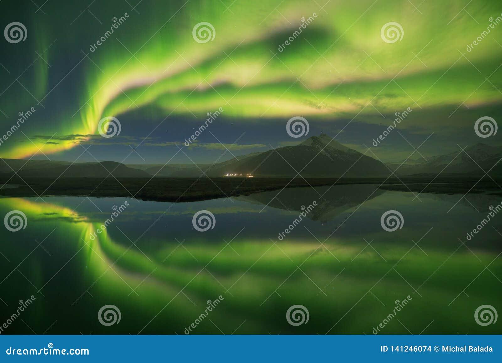 Красивое панорамное северное сияние или лучше как северное сияние для взгляда предпосылки в Исландии, Jokulsarlon