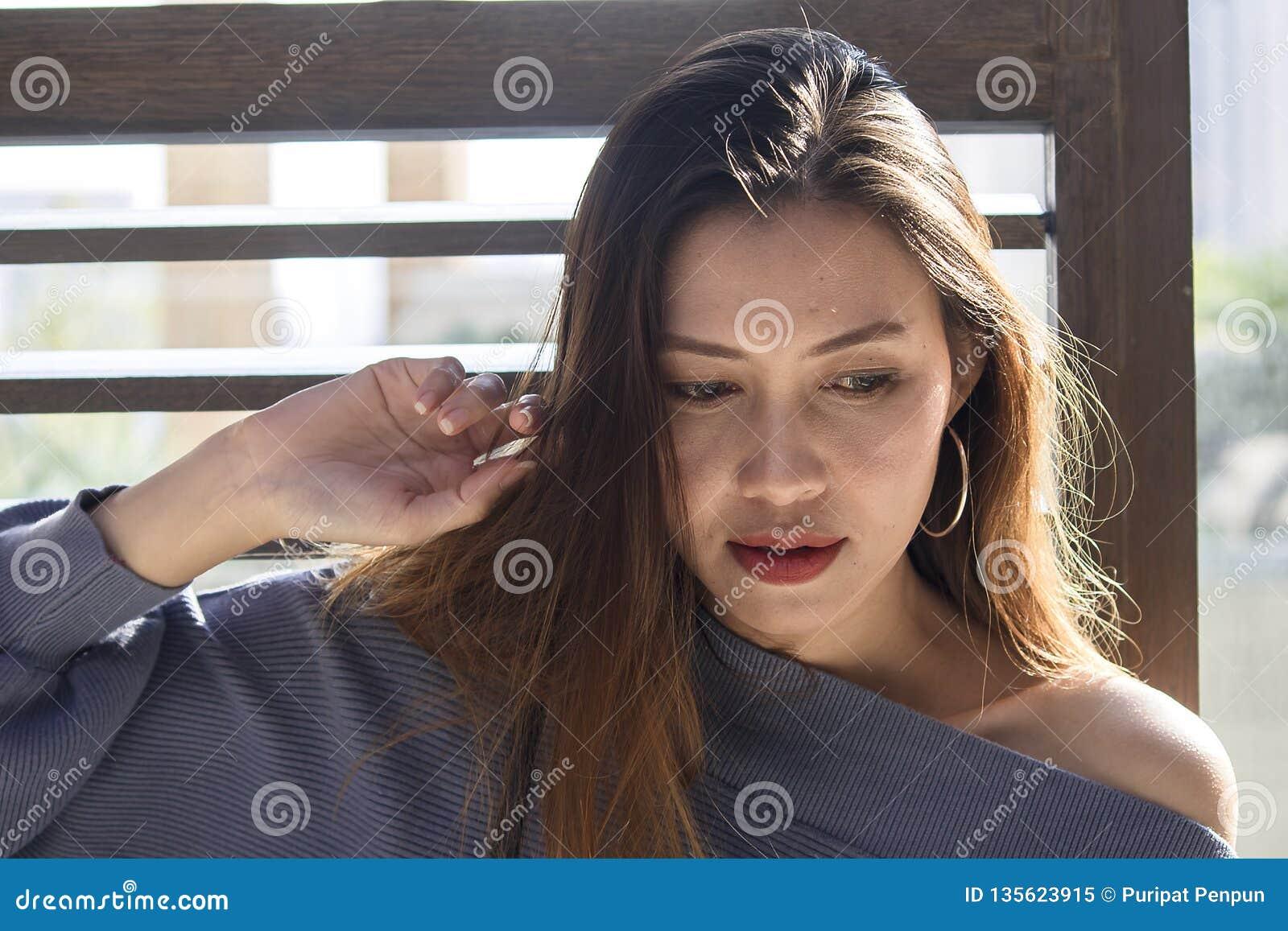Красивое положение женщины на деревянном окне