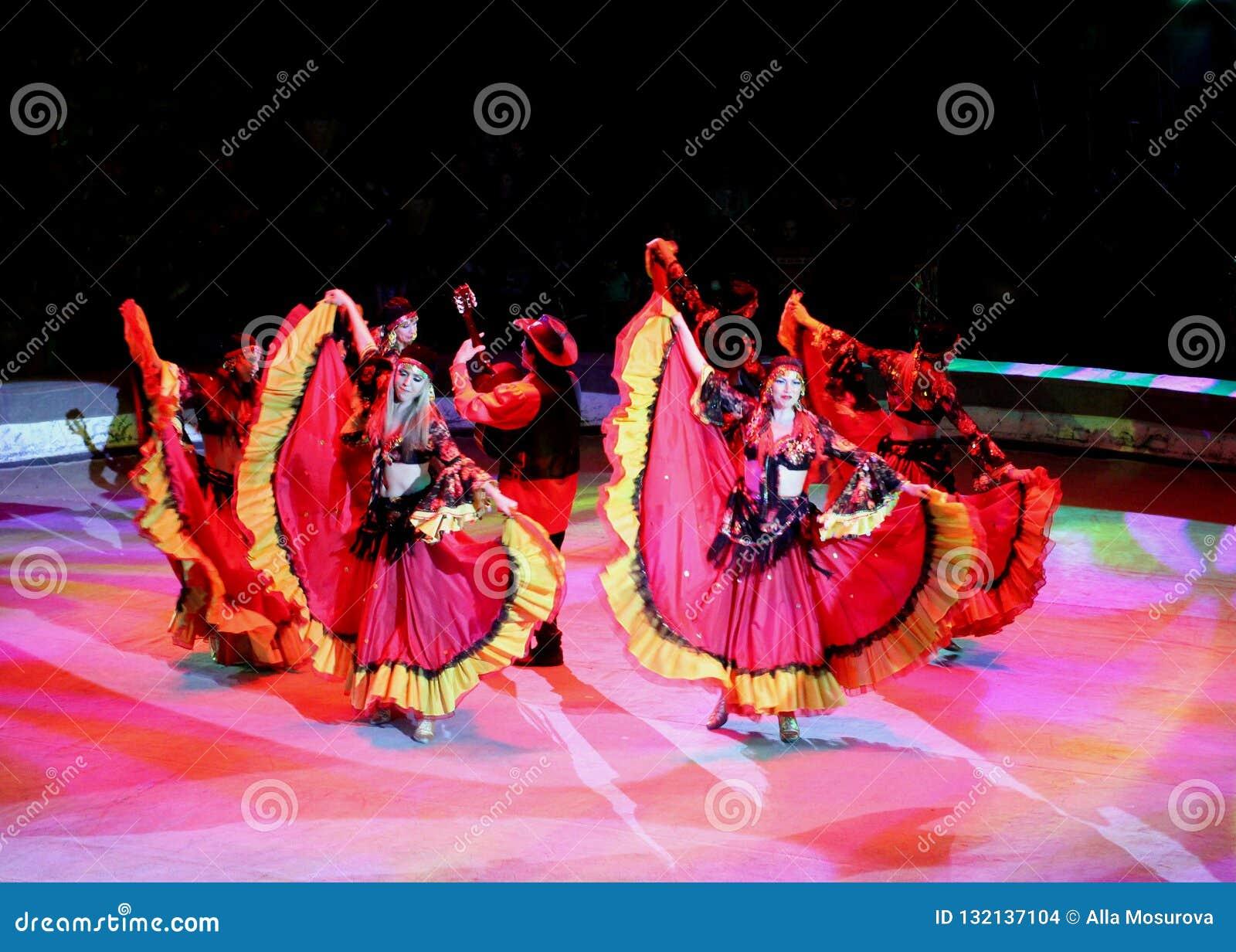 Красивое представление художников на путешествии в шоу цирка