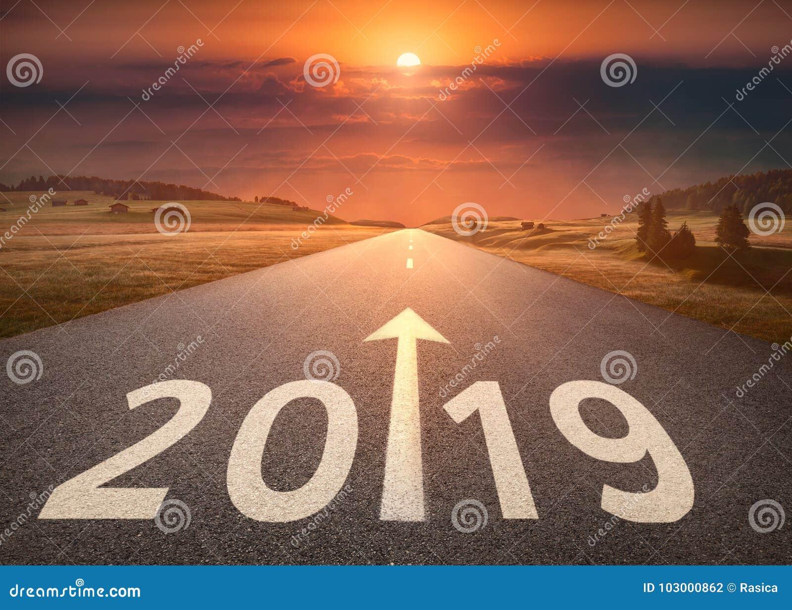 Красивое пустое шоссе до предстоящее 2019 на заходе солнца