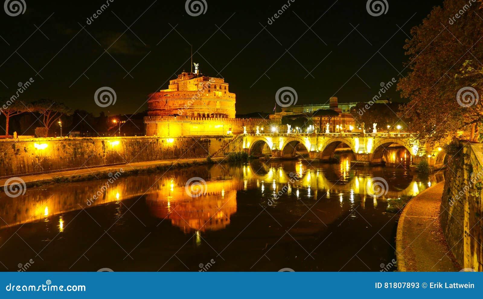 Красивое река Тибр в Риме к ноча