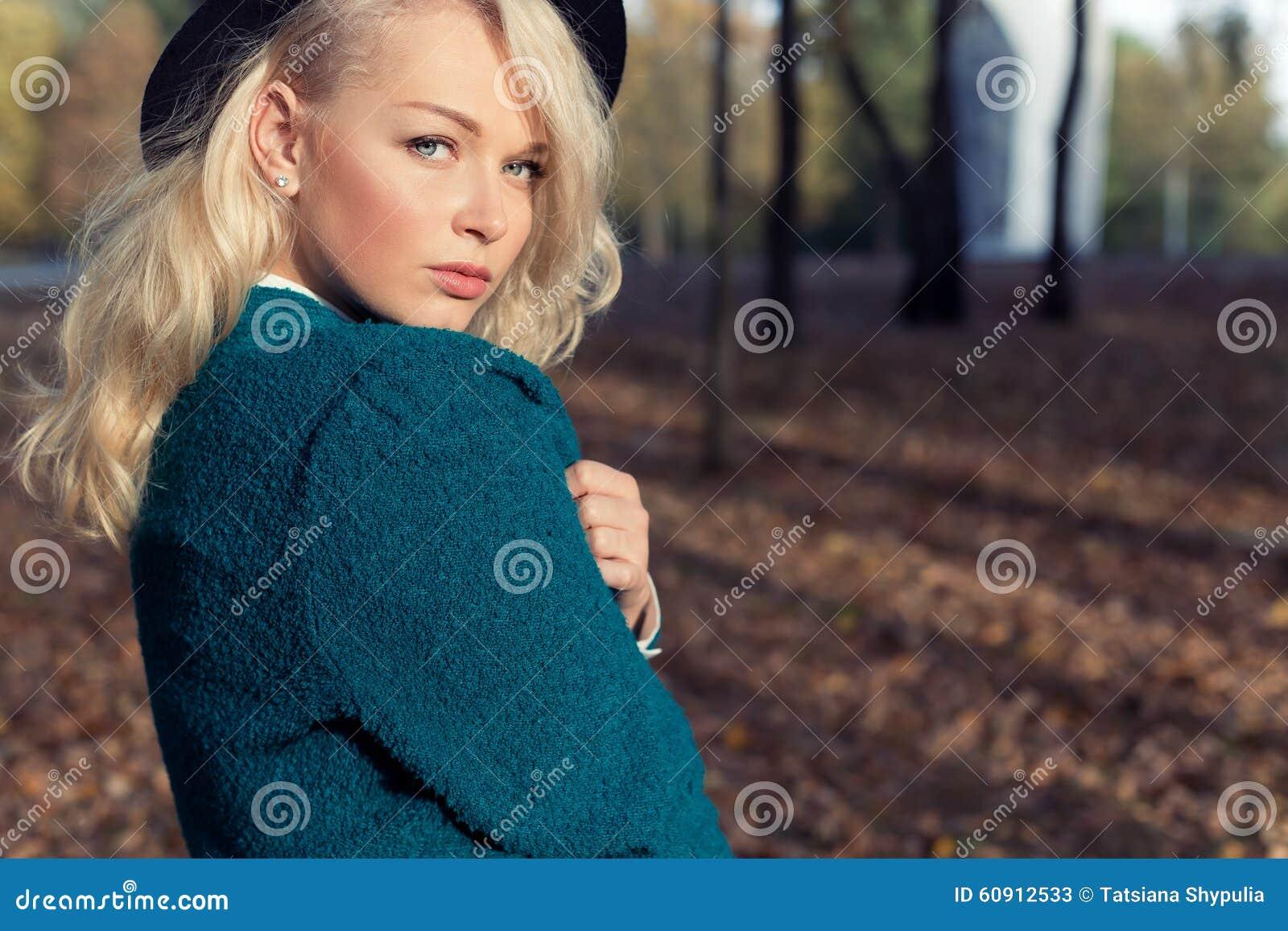 Обои девушка, тепло, настроение, чай, книга, камин, плед